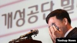 유창근 개성공단 정상화 촉구 비상대책위원원회 대변인이 23일 서울 중소기업중앙회에서 열린 '개성공단 정상화 촉구대회'에서 공단의 발자취를 소개하던 중 눈물을 흘리고 있다.