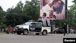 Abaporisi ba Kongo biruka inyuma y'imodoka yabo mu gihe bariko batana mu mitwe n'abari mu myiyerekano isaba Perezida Joseph Kabila kuva ku butegetsi, Kinshasa, itariki 19/09/2016.