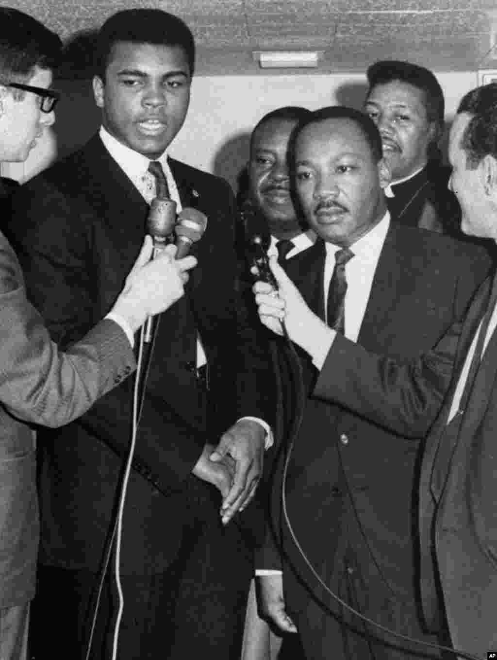محمدعلی و مارتین لوترکینگ در کنتاکی با خبرنگاران سخن می گویند. این زمانی بود که محمدعلی از خدمت در ارتش سرباز زد.