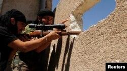 1일 알레포 주에 있는 공군기지에서 자유시리아군이 총을 겨누고있다.