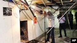 敘利亞有關人員檢查大馬士革國家電視台的三樓被炸毀的情況
