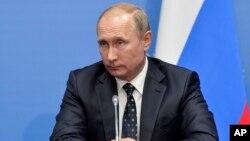 블라디미르 푸틴 러시아 대통령이 3일 열린 동방경제 포럼이 끝난 뒤 기자들과 만나고 있다.