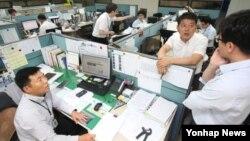 한국 정부가 28-29일 이틀간 이산가족 상봉시설 점검을 위한 점검단을 금강산에 파견키로 한 가운데, 27일 현대아산의 시설점검 실무자들이 현대아산 사옥에서 막바지 방북 준비를 하고 있다.