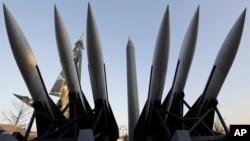 26일 서울 용산의 한국전쟁기념관에 북한의 스커드-B 미사일 모형이 전시돼있다. 미국과 한국, 일본은 이날 북한의 핵과 미사일 정보를 공유하기 위한 정보 공유 악정을 체결한다고 밝혔다.