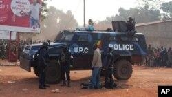 23일 중앙아프리카 수도 방기에서 아프리카평화유지군 소속 군인들이 부상자를 살피고 있다.