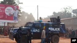 Un jeune blessé par les troupes tchadiennes près de l'aéroport de Bangui est couché à côté d'un véhicule de la police du Congo-Brazzaville