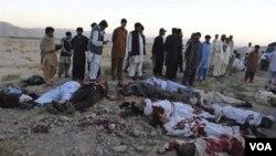 Para warga memeriksa korban tewas akibat serangan di Provinsi Baluchistan dekat ibukota provinsi Quetta (20/9).
