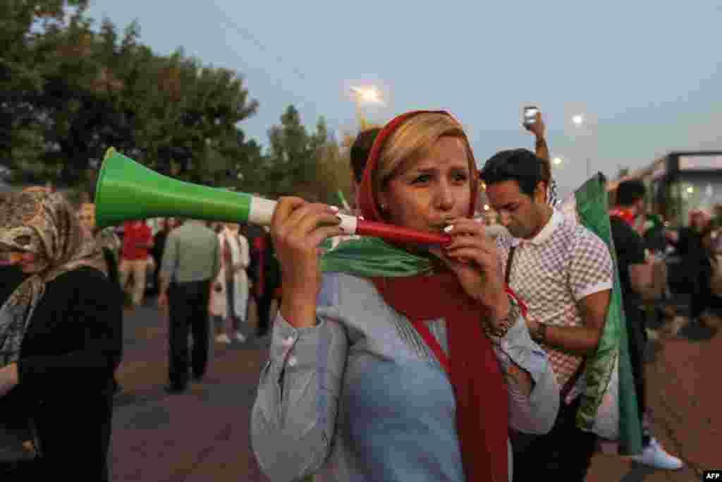 تماشاچیان بازی دو تیم ایران و اسپانیا پشت در ورزشگاه آزادی در ایران