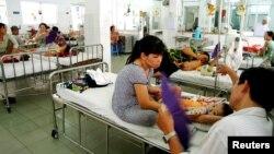 Nguyên nhân của việc tăng viện phí là do Bộ Y tế bắt đầu thực hiện chính sách cắt khoản tiền bao cấp nhà nước dành cho các bệnh viện công từ trước tới nay.