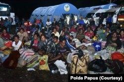 Ratusan warga dari Tembagapura yang mengungsi ke Kota Timika, Senin 9 Maret 2020. (Foto: Polda Papua)