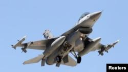 土耳其F-16型战斗机飞近在土耳其南部城市阿达那的空军基地