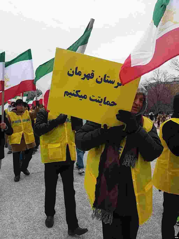 در پی کشته شدن دست کم دو نفر در لرستان، سازمان جوامع ایرانیان آمریکایی در تجمع مقابل کاخ سفید، این پلاکارد را در دست داشتند.