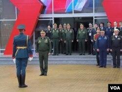俄罗斯和乌克兰准备大战。俄罗斯国防部长绍伊古和俄军高级将领在去年的莫斯科武器展开幕式上。