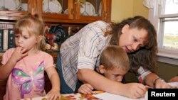 Seorang ibu mendidik anaknya dengan sistem sekolah di rumah (homeschooling) di kota St. Charles, Iowa (foto: ilustrasi).