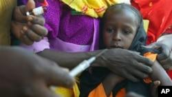 UNICEF chuẩn bị tiêm chủng bại liệt cho trẻ em tại một trại tị nạn ở biên giới Chad-Sudan.