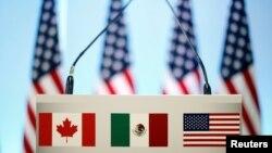 Les drapeaux du Canada, du Mexique et des Etats-Unis lors des pourparlers sur l'ALENA, à Mexico, le 5 mars 2018.