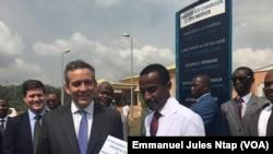 Le vice-président de Overseas private investment corporation remet un don à l'hôpital d'Oback à Youandé, Cameroun, le 13 janvier 2018. (VOA/Emmanuel Jules Ntap)