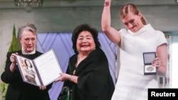 诺贝尔奖评审委员会的莱斯-安德森在挪威奥斯陆市政厅向广岛原子弹幸存者节子·瑟洛和国际废除核武器运动负责人贝亚特丽斯·菲恩颁发诺贝尔和平奖。(2017年12月10日)