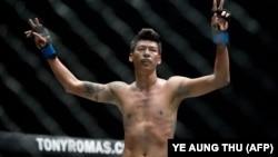 ၂၀၁၆ ခုႏွစ္တုန္းက ရန္ကုန္ၿမိဳ႕ သုဝဏၰအားကစားကြင္းမွာ ေတြ႔ရတဲ့ MMA အားကစားသမား ဖိုးေသာ္။ (မတ္ ၁၈၊ ၂၀၁၆)