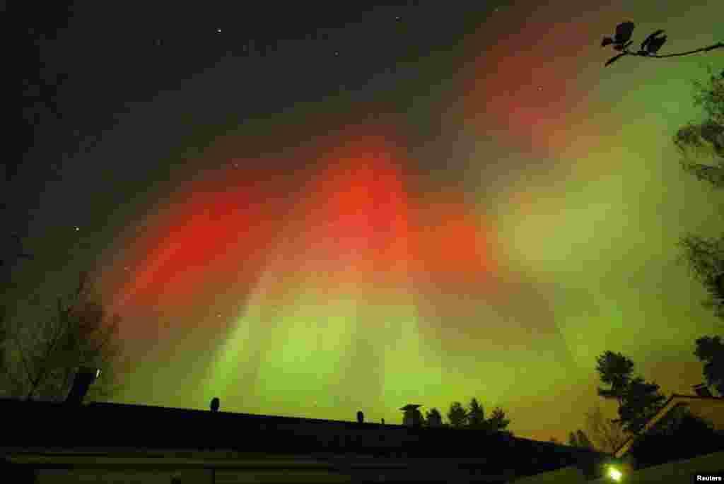 جنوبی فِن لینڈ میں آسمان پر سرخ اور سبر رنگ کی روشنیوں کا ملاپ