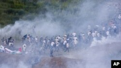 6月5号,以色列军队发射催泪弹,驱散支持巴勒斯坦的叙利亚抗议者