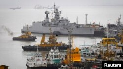 Suasana di pangkalan Angkatan Laut India di Mumbai (14/8). Kapal selam INS Sindhuraksha dilaporkan meledak dan terbakar, memerangkap 18 tentara di dalamnya.