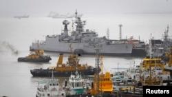 印度一艘潛艇停靠在孟買的一個港口。(資料圖片)