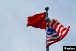 Bendera China dan AS berkibar di dekat Bund, sebelum delegasi perdagangan AS bertemu dengan rekan-rekan China mereka untuk mengadakan pembicaraan di Shanghai, Cina 30 Juli 2019. (Foto: Reuters / Aly Son)