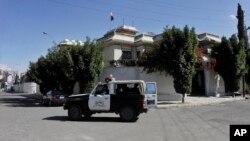 Sana'da İran büyükelçilik konutu önünde devriye gezen bir polis aracı