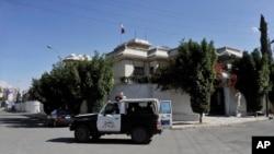 Sebuah kendaraan polisi Yaman berpatroli di luar rumah dinas Dubes Iran di Sana'a, Yaman (18/1).