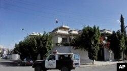 예멘 경찰차가 18일 수도 사나의 이란 대사 관저를 순출하고 있다.