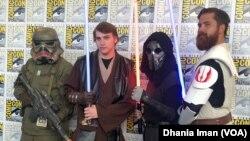 Para pengunjung mengenakan kostum dari karakter favorit mereka di ajang Comic-Con 2019. (Foto: VOA)