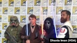 Para pengunjung mengenakan kostum dari karakter favorit mereka di ajang Comic-Con 2019 (dok: VOA)