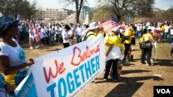 """A crowd fills the lawn on Capitol Hill in Washington D.C. during the """"Rally for Citizenship,"""" where immigrants and their supporters rallied for immigration reform, April 10, 2013. (Alison Klein for VOA)"""