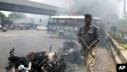 بارہ مئی 2007ء کو کراچی میں ہونے والی ہنگامہ آرائی اور پرتشدد واقعات میں 50 سے زائد افراد لقمہء اجل بن گئے تھے جن کے ورثا تاحال انصاف کے منتظر ہیں (فائل فوٹو)