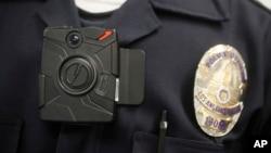 Tổng thống Obama cho biết ngân khoản này sẽ dùng để mua hơn 50.000 máy ghi hình cảnh sát đeo trên người để quay lại những tương tác của họ với thường dân.