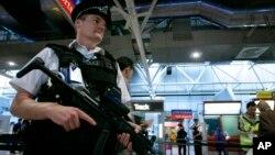 Các sĩ quan cảnh sát Anh tuần tra sân bay Heathrow ở London ngày 14 tháng 8 năm 2006.