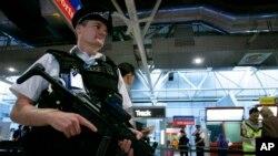 یک پلیس بریتانیایی در فرودگاه هیترو در لندن - آرشیو