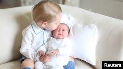 Pangeran George dan Putri Charlotte dalam foto yang dirilis kerajaan Inggris pekan lalu.