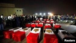 Arrivée au Caire, le 19 août 2013, des corps de 25 policiers égyptiens tués par les islamistes près de Rafah, dans le Sinaï