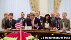 Госсекретарь Джон Керри (в центре)
