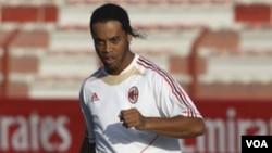 Ronaldinho mengakhiri kontraknya dengan klub AC Milan dan akan bermain di Brazil.