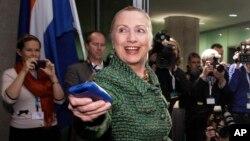 Hillary Rodham Clinton dengan ponselnya, ketika masih menjabat Menlu AS, 8 Desember 2011 (foto: dok).