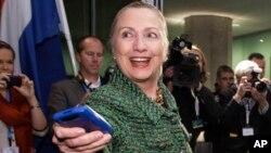 Investigación determina que Clinton nunca pidió aprobación para utilizar su propia cuenta de correo electrónico.