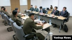 지난해 11월 개성공단 종합지원센터에서 남북공동위원회 산하 통행·통신·통관(3통) 분과위원회가 열린 가운데, 남북한이 3통 개선을 논의하고 있다. (자료사진)