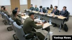 남북한이 지난해 11월 개성공단 종합지원센터에서 남북공동위원회 산하 통행·통신·통관(3통) 분과위원회를 열어 3통 개선 논의를 재개했다. (자료사진)
