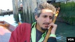 "Mohsen Namjoo, penyanyi yang dijuluki sebagai ""Bob Dylan Iran""."