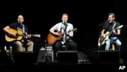 اعضای گروه ایگلز، از راست: گلن فری، دان هنلی و برنی لیدون