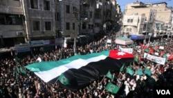 Ribuan warga Yordania melakukan demonstrasi di ibukota Amman, menuntut pengunduran diri Perdana Menteri, Jumat (21/1).