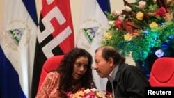 Le président nicaraguayen Daniel Ortega en plein conciliabule avec son épouse et vice-présidente, Rosario Murillo, pendant le 38e anniversaire de la fondation de l'armée nicaraguayenne, à Managua, le 1er septembre 2017.